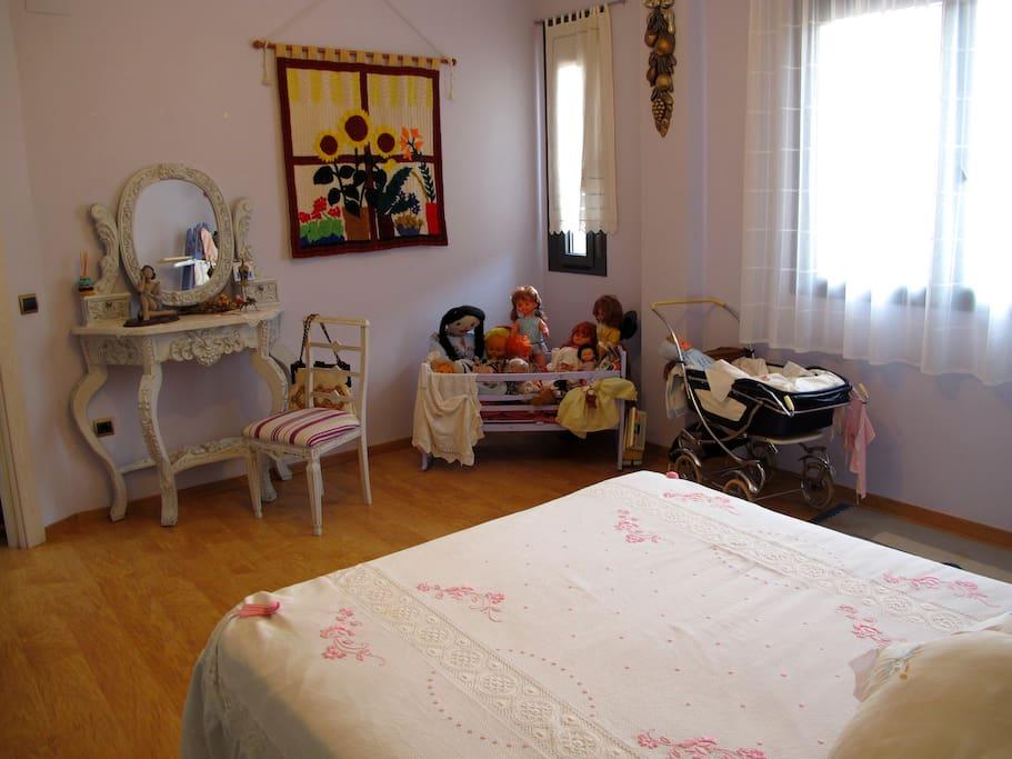 La habitacion con una cama  de matrimonio : es la habitación  lavanda y la  cama es amplia