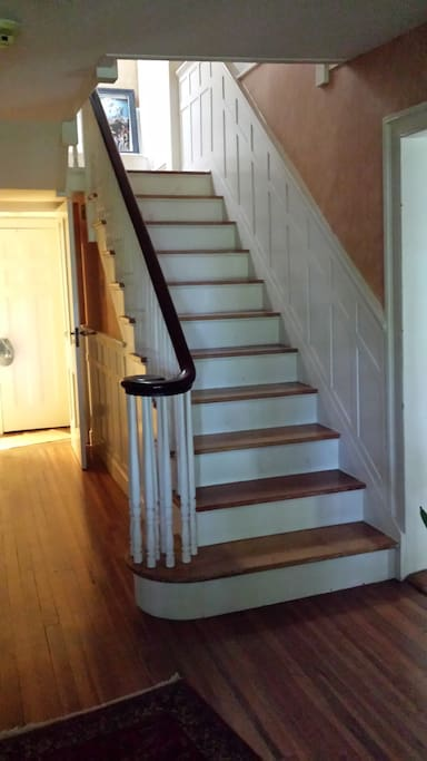 Entry staircase to bedrooms