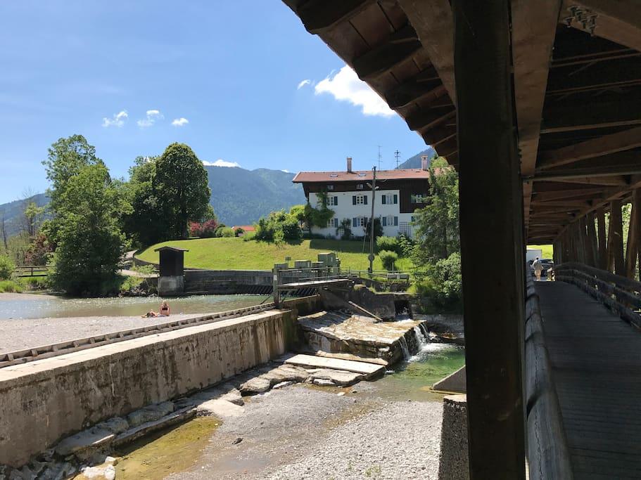 Blick auf das Haus vom Weißachsteg