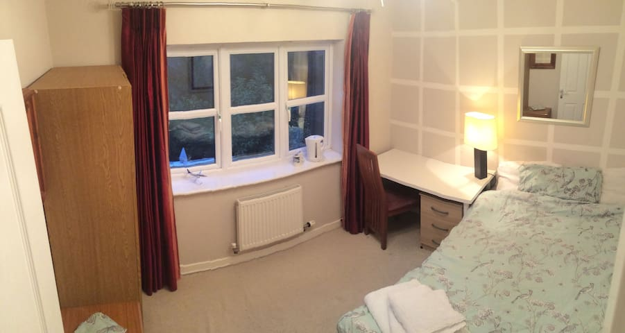 Double room in Pilot's house 10 minutes from EMA