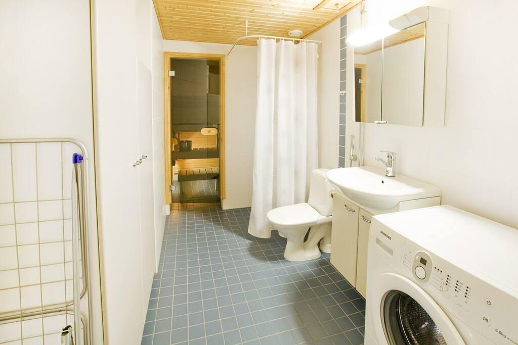 Suuri kylpyhuone, josta löytyy oma pyykinpesukone.