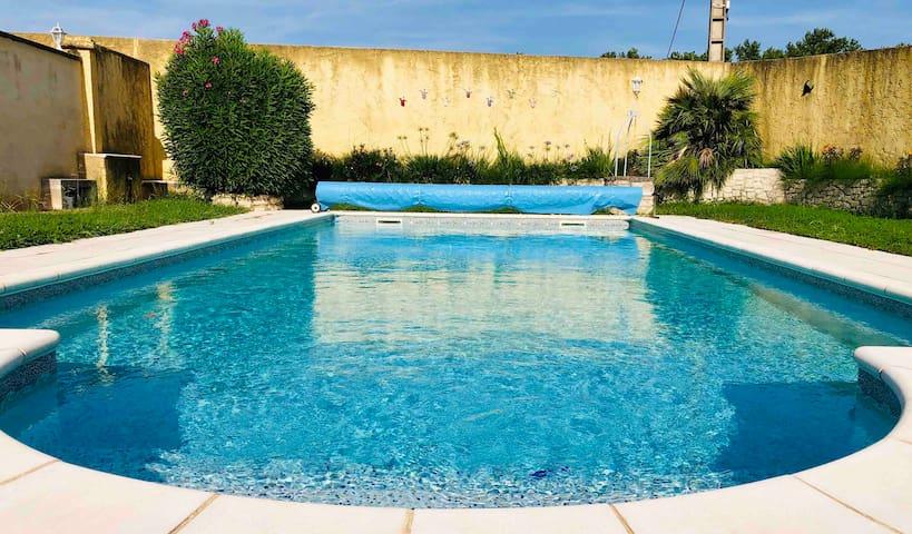 Chambre dans une villa au calme avec piscine