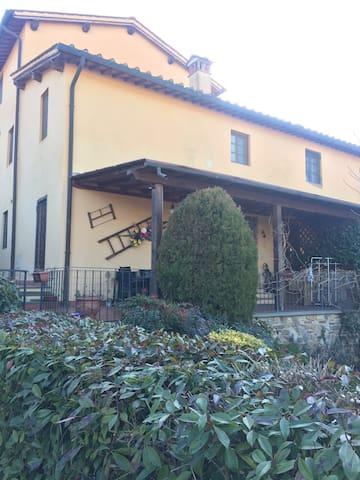 """VILLA PITIANA"" veranda -giardino - Levane - Huis"