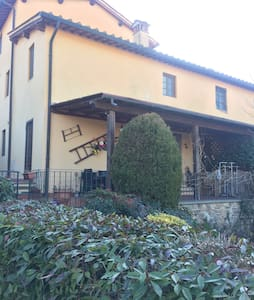 """VILLA PITIANA"" veranda -giardino - Levane - House"