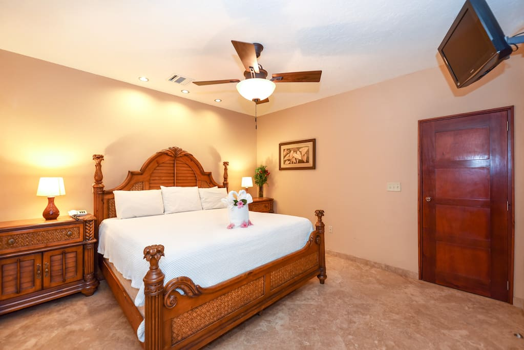 Beautifully furnished studio with king bed.