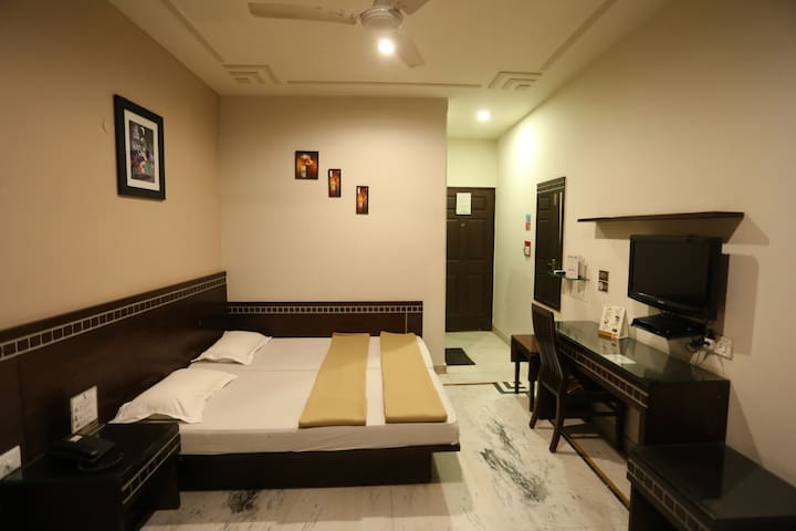 Private Room near New Delhi Stn ,City Centre & VFS