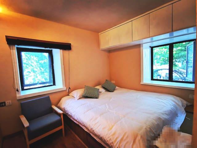 树下•湖景房,两米榻榻米床。独卫,我是空调,客厅地脚线取暖器。