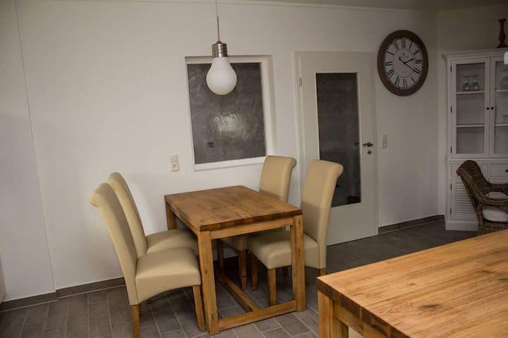 Freundliche Zimmer schon ab 12€ - Neumünster - Haus