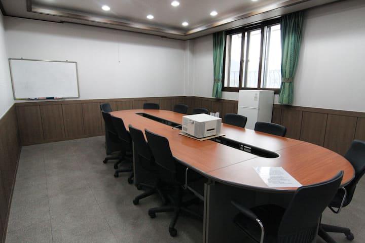 본관2층. 소규모 회의가 가능한 회의실과 4개의 원룸