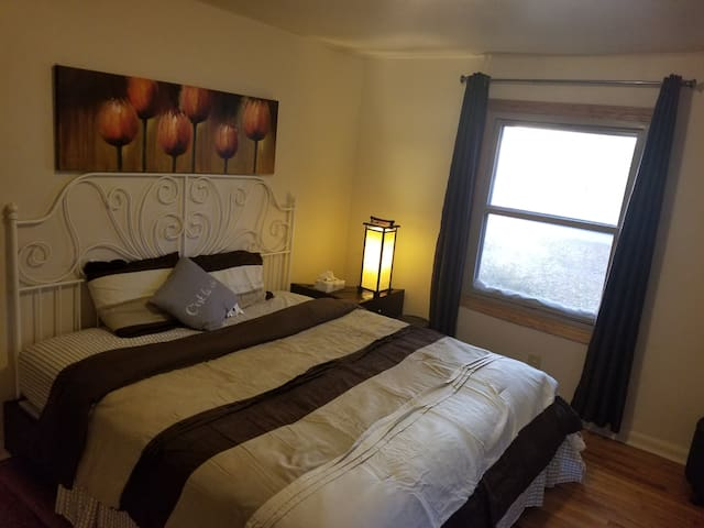King Size Bed Near Detroit Metro Airport