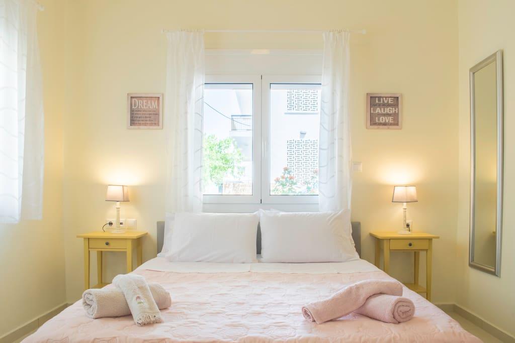 Bedroom, very quiet, custom made comfortable queen bed
