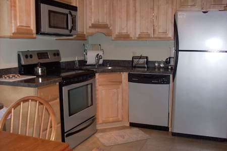 One Bedroom, Fully equipped, Burke Mountain Condo - Burke - Selveierleilighet