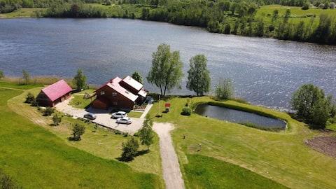 Māja pie ezera