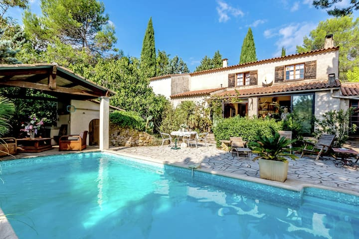 Comfortable holiday home with antique interior, pool and terrace/conservatory in Le Luc