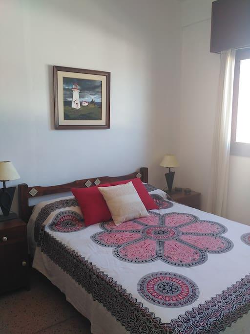dormitorio con vista a playa y cerro
