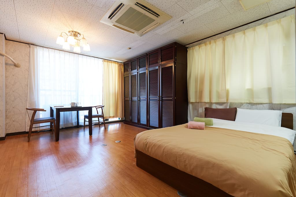 Main Bed Room with a double size bed. 主寝室ダブルサイズベッド