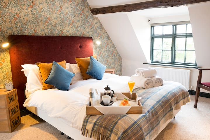 Double room, en-suite, close to Highclere castle