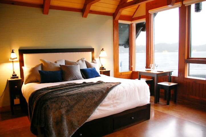 The Drift – Inviting Harbourfront Retreat - Ucluelet - Selveierleilighet