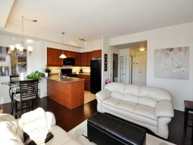 Tasteful Condo, 1 bedroom + den, prime location - Peterborough - Apartment