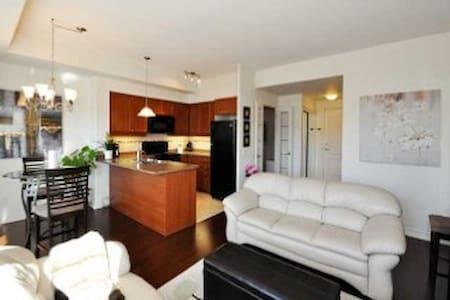 Tasteful Condo, 1 bedroom + den, prime location - Peterborough - Appartement