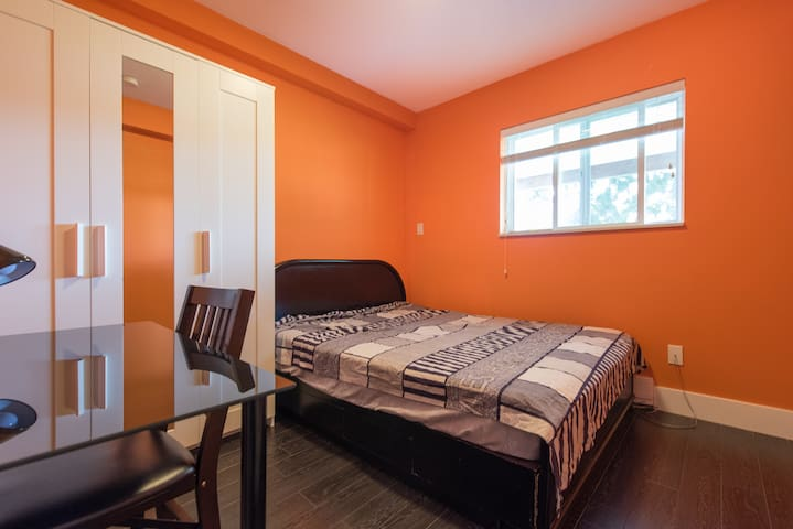 Room 106 Cozy Room for Two - Coquitlam - Bed & Breakfast