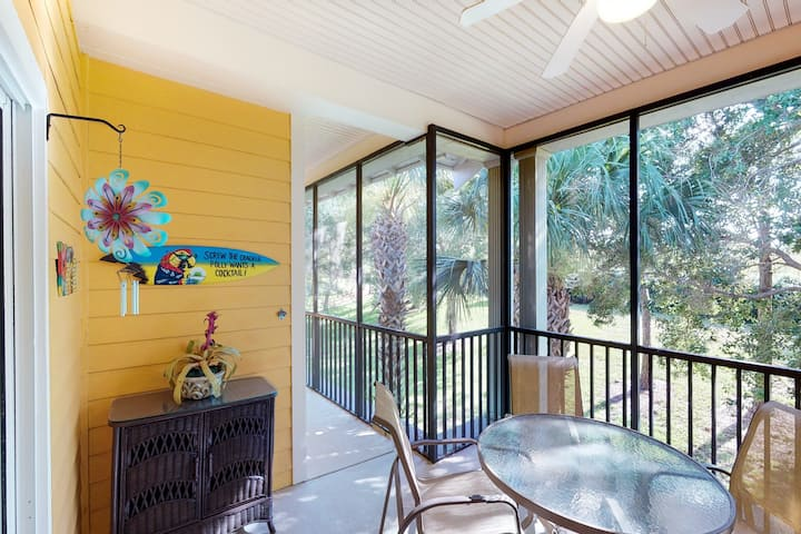 2nd floor condo w/ gym, sauna, shared pools, tennis court, near theme parks
