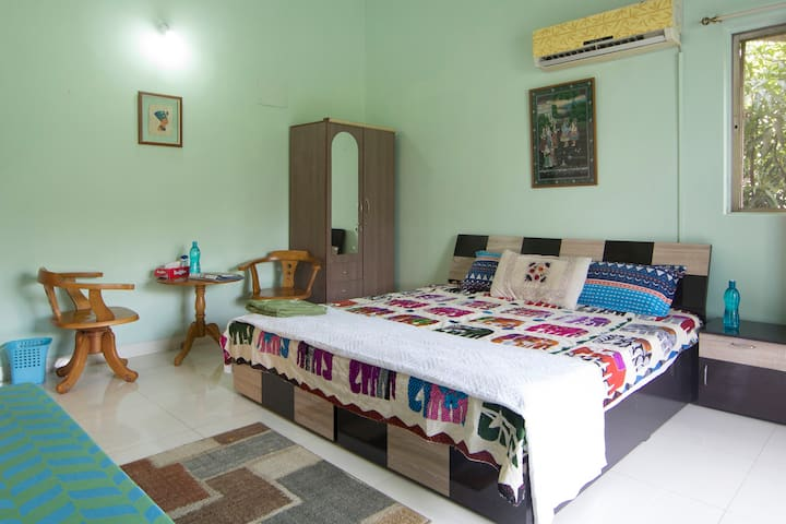 COOL ROOM with AC & TV NEAR AIRPORT
