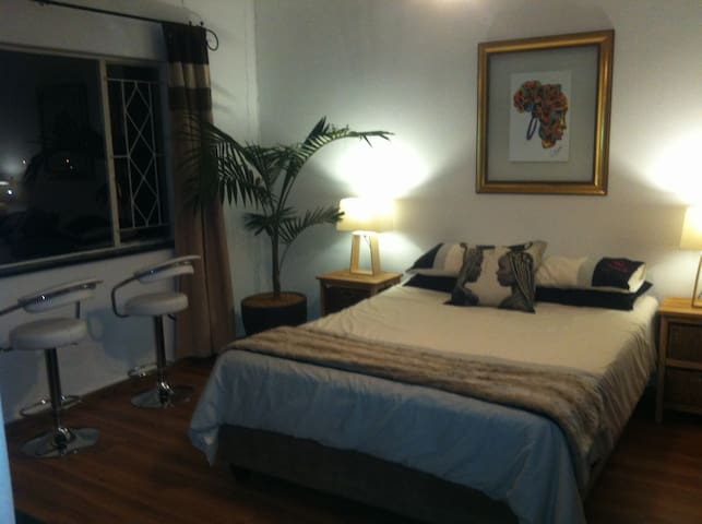 Master bedroom (Mama Africa room) queen sized extra length bed