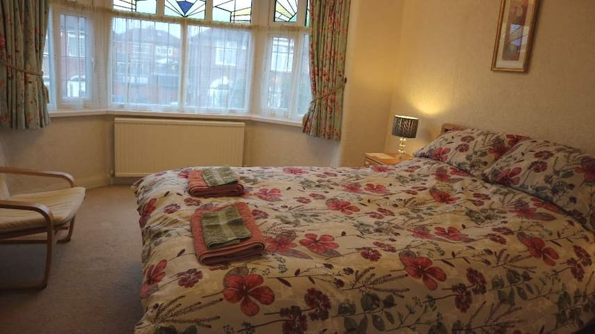 Spacious king-size bedroom, close to airport