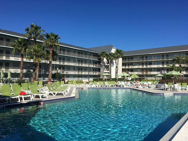 UNIVERSAL ESCAPE, SHUTTLE TO PARKS, POOL, BAR