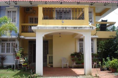 Florida Gardens Yellow 3 Bhk Villa - ベノーリム