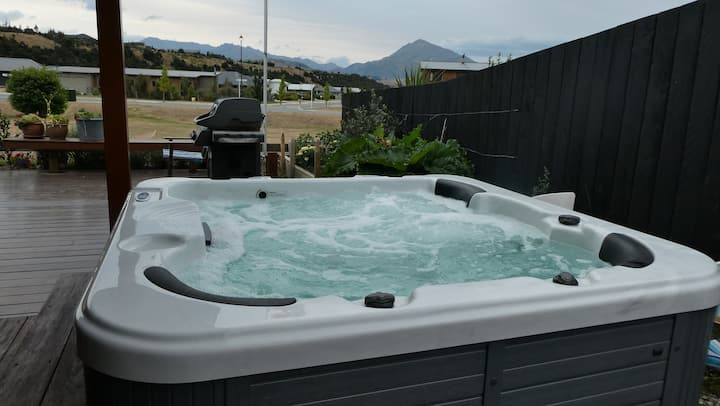 Wanaka. Spa with mountains views in modern home.