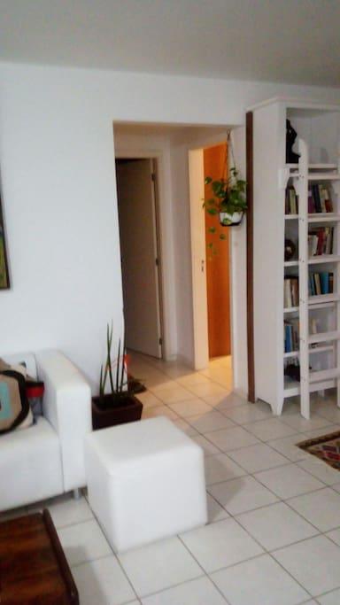 Corredor que da acesso a suite, o quartos de solteiro com smart tv e ao banheiro.