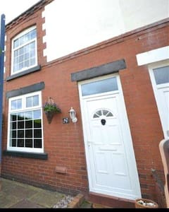 Charming Cosy home in centre of Standish Village!! - Hus