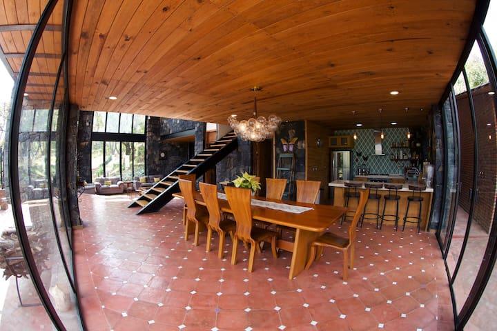 Vista del comedor y cocina y sala .
