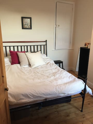 Double bedroom in central location - West Bridgford - Huis