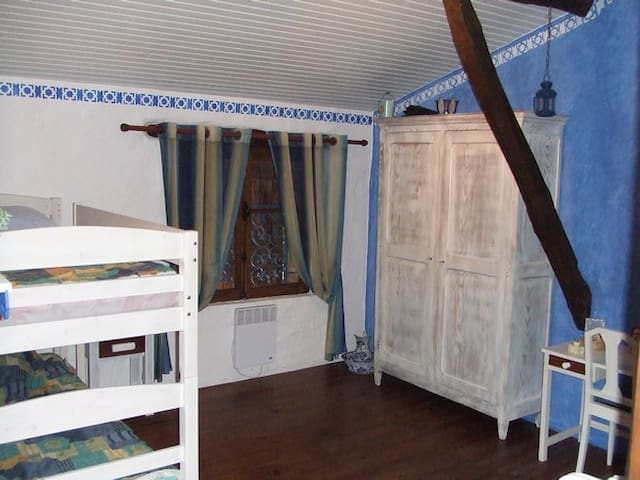Blue room to share in house of character - Monclar-de-Quercy