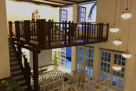 Large Villa bed & breakfast for 10 in Dago Bandung - Bandung - Bed & Breakfast
