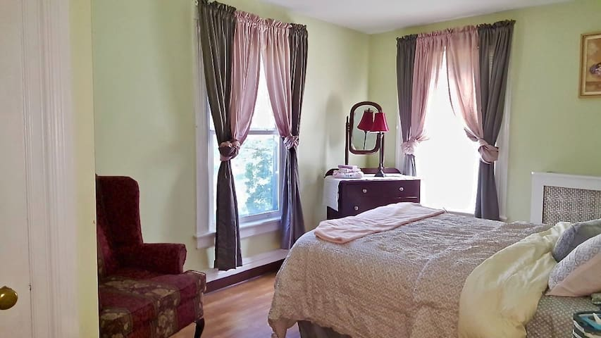 Lavender Room Full Size Bed Two Shared Baths