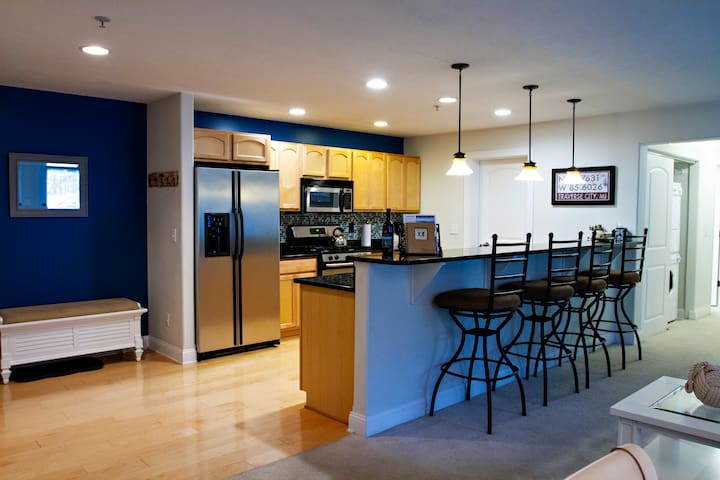 High-End Downtown TC Condo on Quiet Street