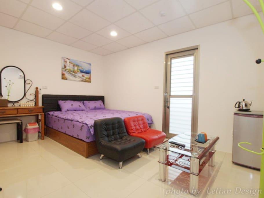 雙人大套房-標準雙人床,獨立衛浴/分離式冷氣/電視/洗衣機/獨立陽台/可帶寵物/陽台可抽菸
