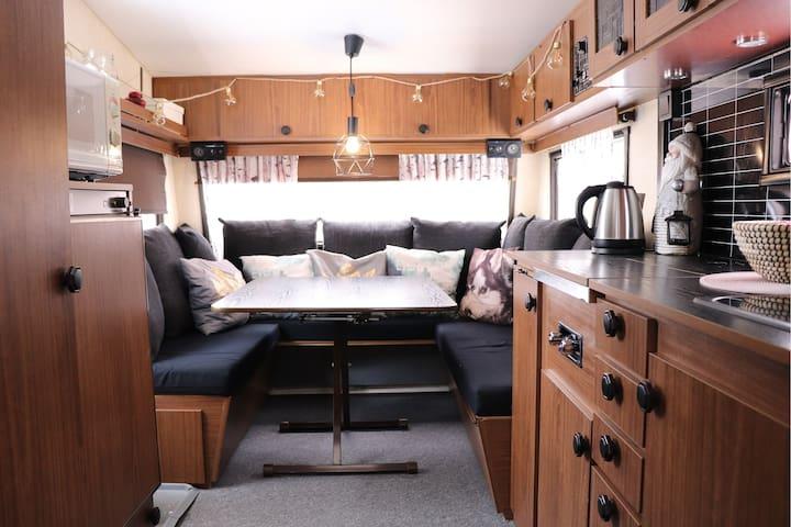 Husky Dreams, Caravan 1