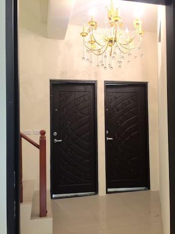 2016新完工獨立陽台套房、浴室及房間各有一個對外窗,房間明亮且通風。 - 頭份市 - Penzion (B&B)