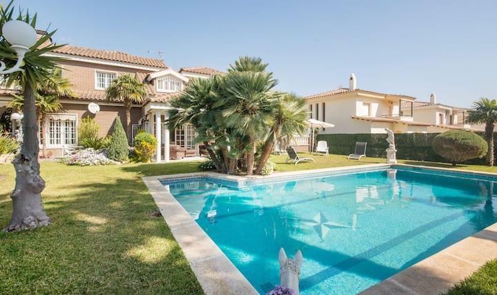 R60 Great villa with big garden in Calafell