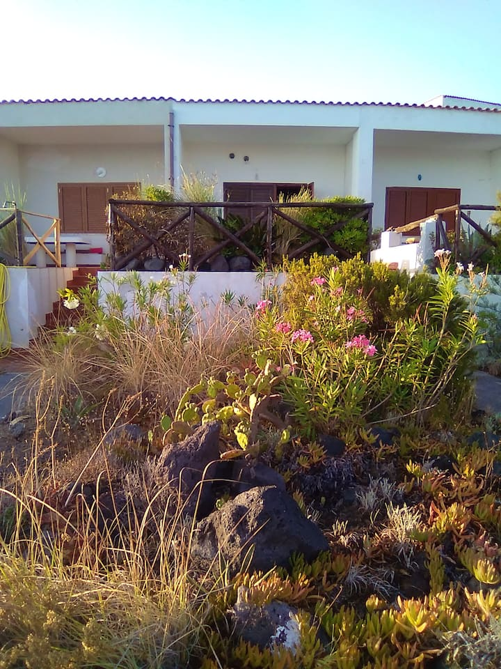 Villa with one bedroom in Vulcanello, with wonderful sea view and enclosed garden - 10 m from the beach
