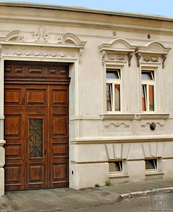 Auguszt Ház portal
