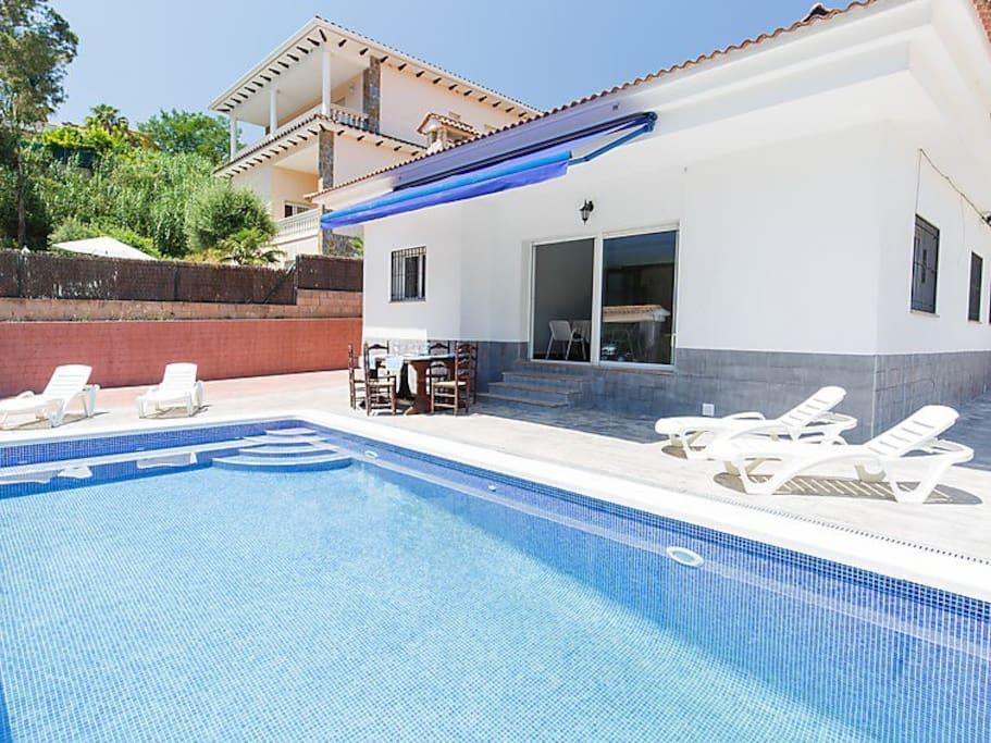 Casa con piscina en lloret de mar huizen te huur in for Piscina lloret