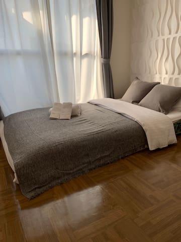 Hiroshima 広島  セミダブルベッドの置いてあるお部屋です