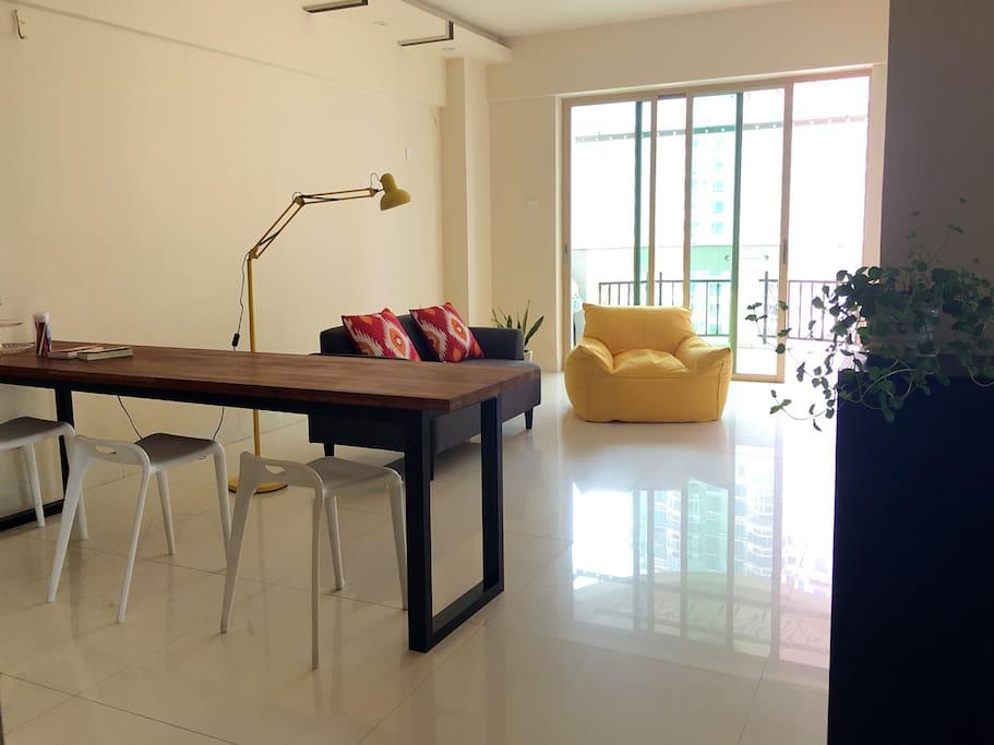 简单干净的客厅,不像杂志上的房子,却是家的感觉,舒服无压力