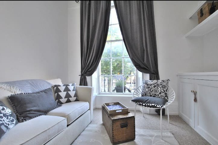 One bed apartment with high ceilings